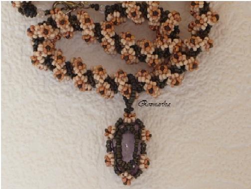 Колье сплетенное из бисера в технике жгута и украшенное приплетенными цветочками из бисера.