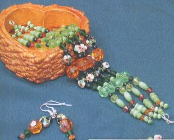 разноцветный браслет и серьги из бусин