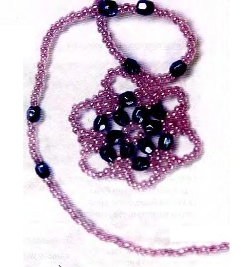 Комплект состоящий из кулона и кольца, которые сплетены из бисера и голубых бусин.  Схема изготовления.
