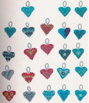 сердечки брелки из бисера. голубые и красные сердечки из бисера.