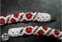 Браслет из белого бисера с красными цветочками