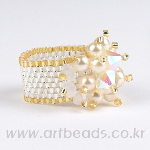 белое кольцо из бисера