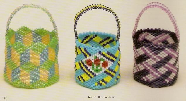разноцветные корзинки сплетенные из бисера