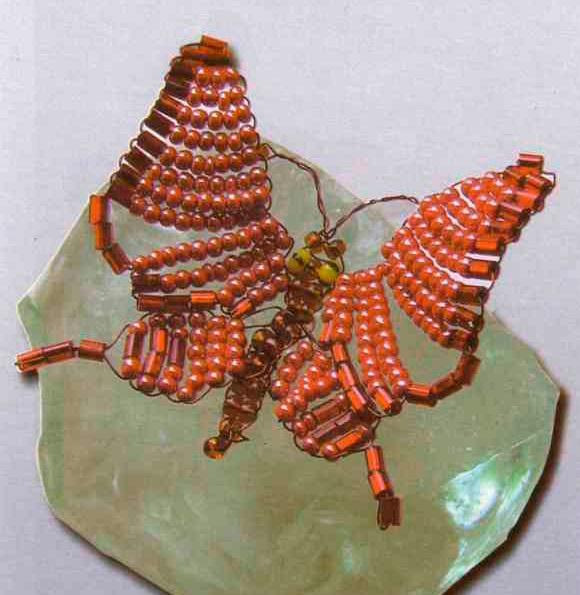 бабочка из красного бисера