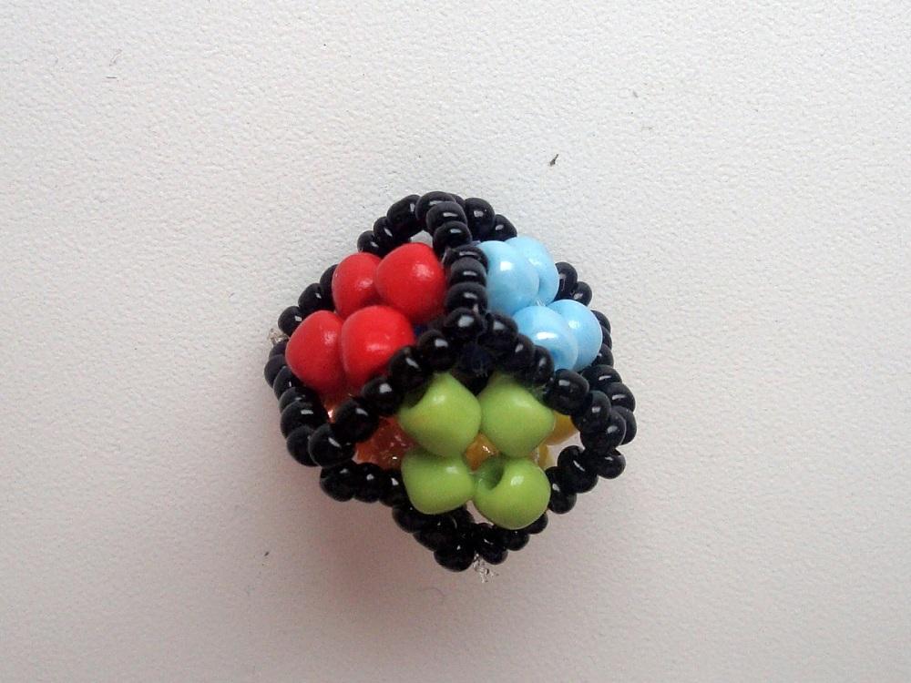 Этот кубик состоит из шести квадратных сторон.  Начинайте плетение как показано на схеме. черный бисер...