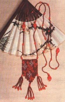 красный кулон из бисера