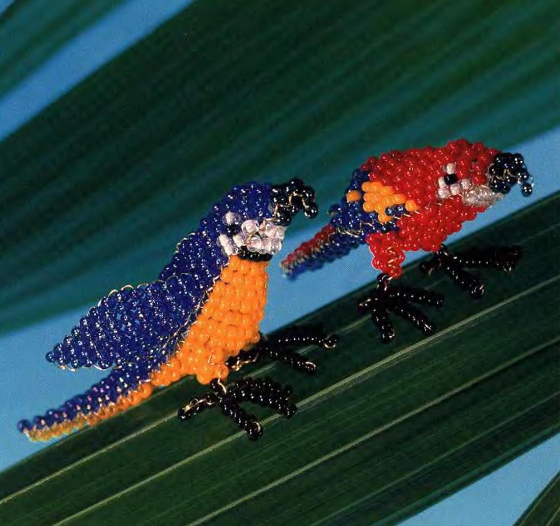 Чтобы сплести этих попугаев,вам нужно овладеть техникой параллельного плетения из бисера.  Здесь показано 2 схемы...