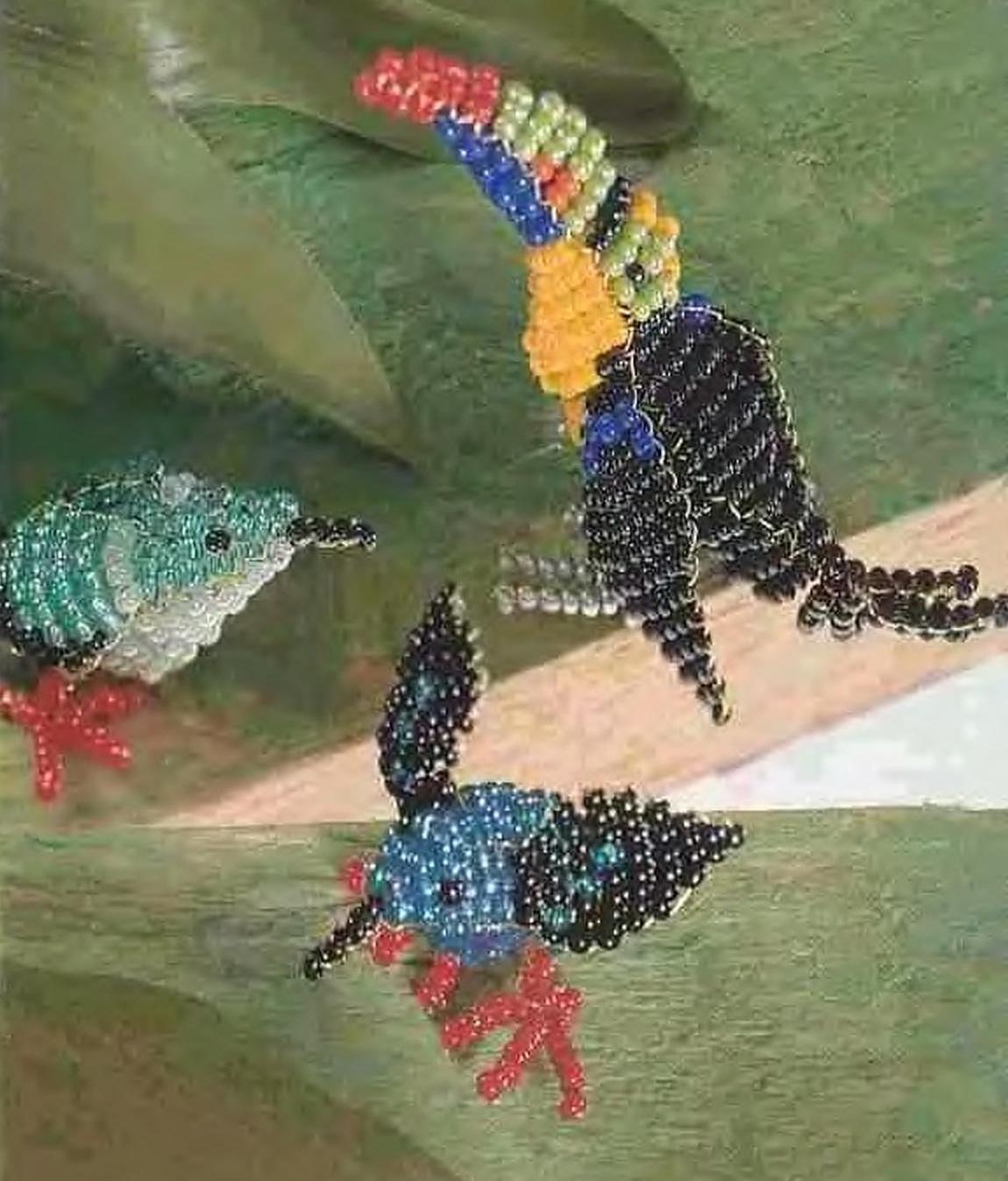 """Разноцветные птички плетутся  """"параллельной """" техникой плетения на проволоке.  Бисер лучше использовать не прозрачный."""