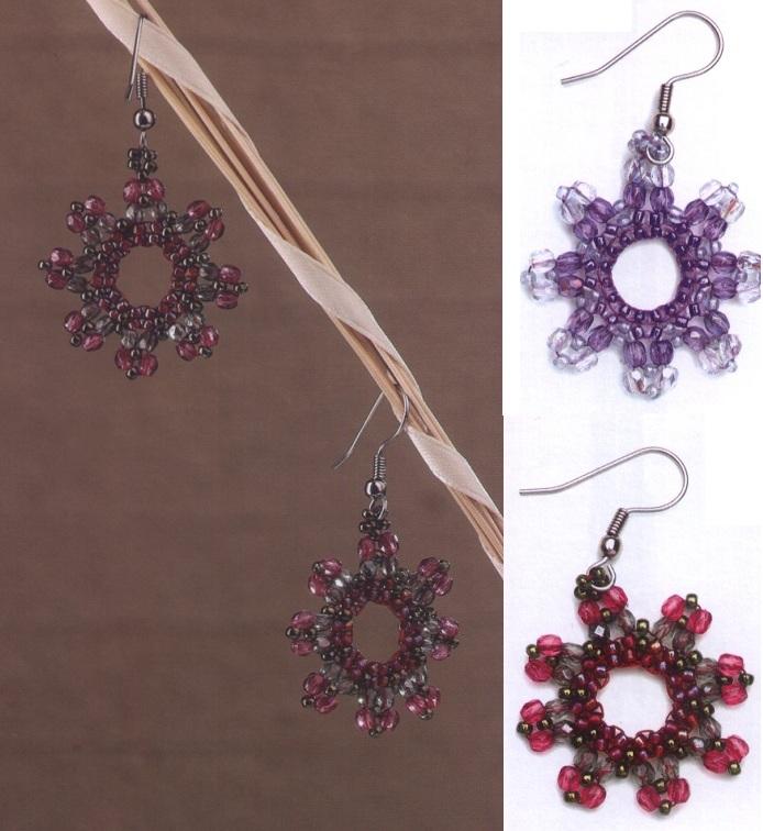 Колье, браслет и серьги состоят из колец, которые сплетены из белого и бордового бисера.