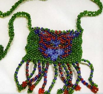 Красивые украшения на шею, сплетенные из бисера.  С изображением бабочки и медведя.  Схемы и описание.