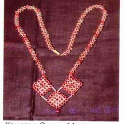 украшение из красных кристаллов