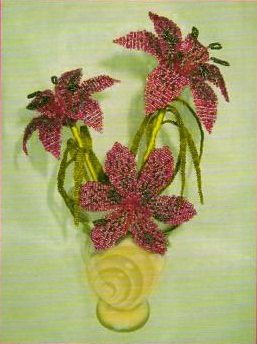 Розовая лилия сплетенная из бисера.  Интересную технику его плетения смотрите на схеме.