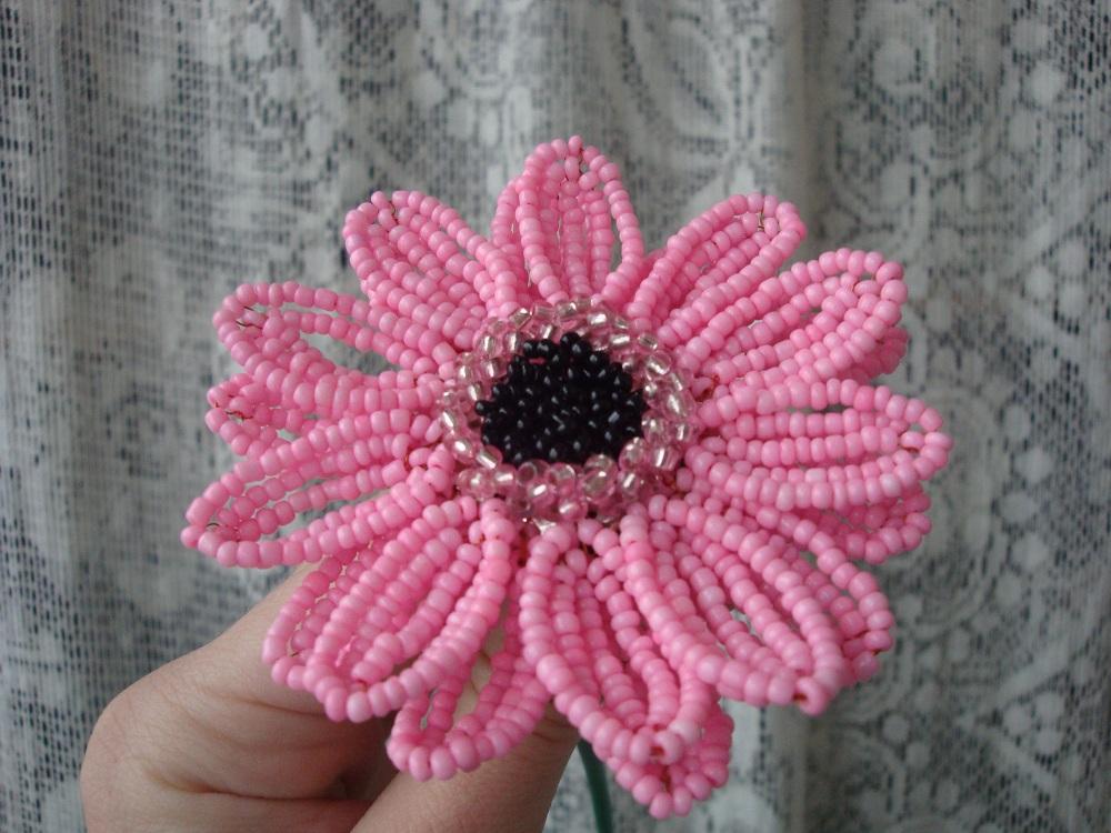 Объёмный 3D цветок из бисера - цинния.