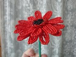Красный гербер цветок из бисера