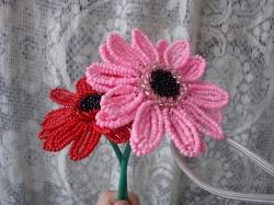 Два цветка гербера плетенные из бисера. Фото готового изделия.