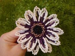 Цветок гербера из двух цветов бисера