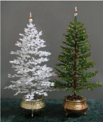 белая и зеленая елка из рубки