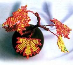 ветка кленовых листов из бисера
