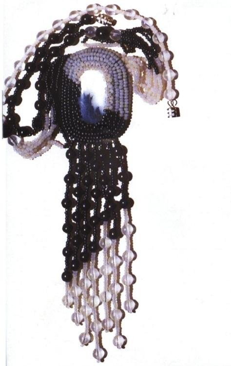 Несколько видов кулонов из бисера, бусин, кристаллов и кабошона.  Схемы их плетения своими руками.