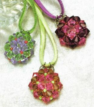 Несколько видов плетения кулонов из бисера, бусин и кристаллов.  Схемы плетения изделий.