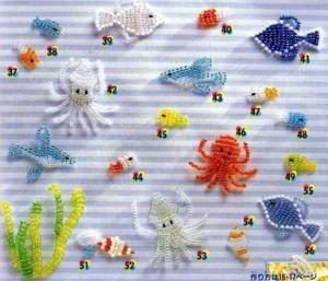 Большое разнообразие жителей подводного мира, сплетенных из бисера.  Плоские и очень простые фигурки рыб.
