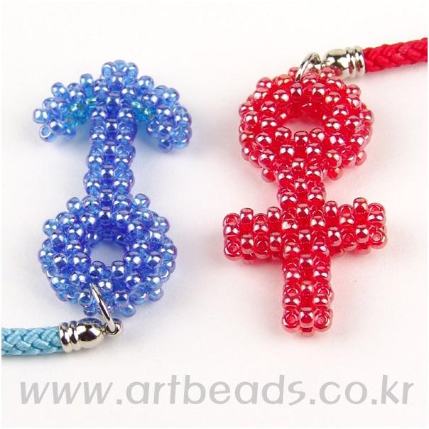 бисер с перламутровым покрытием красного или синего цвета - 8 синих бисеринок меньшего размера, чем основной бисер...