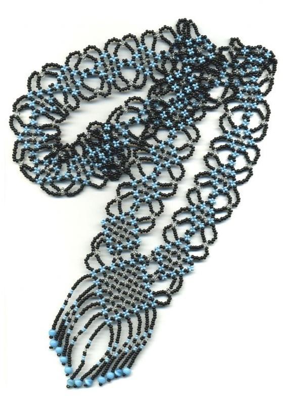 Очень красивый гердан из черного и голубого бисера.  Подробная схема его плетения.
