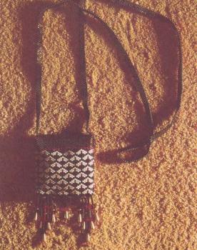 сумочка на шею сплетенная из бисера. сумочка из бисера.