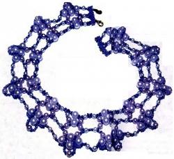 голубое колье сплетено из бусин