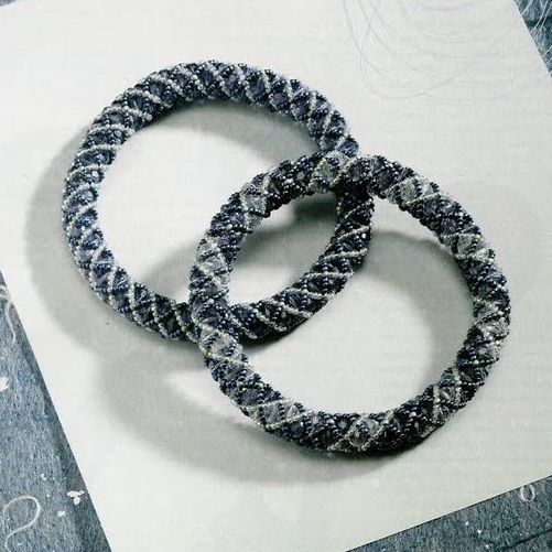 браслет-жгут из серого бисера
