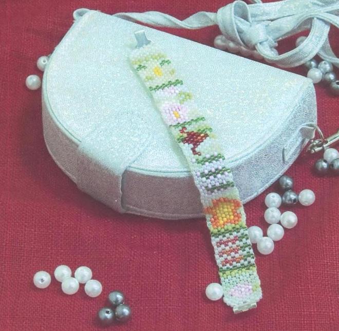 Браслет из бисера с цветком.  Схема его плетения.  Два различных украшения и в разной технике плетения.