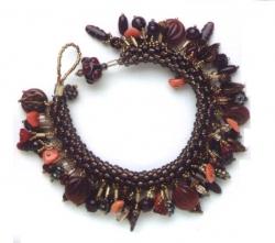 коричневый браслет из бусин