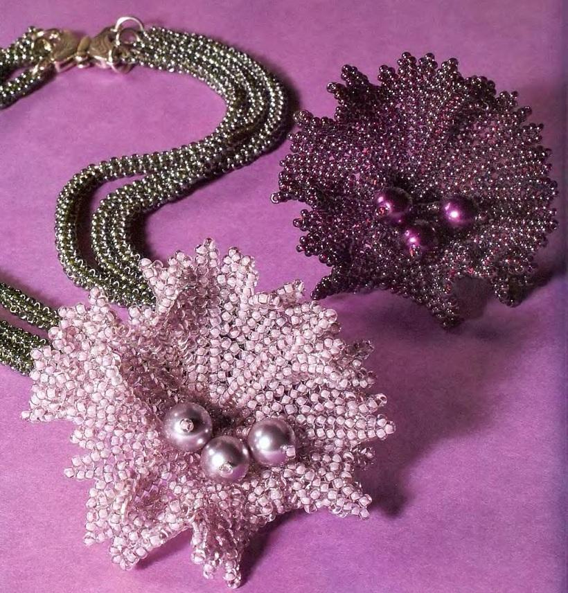 Красивое украшение на шею.  Сплетите тонкие зеленые жгуты 3 штуки и украсьте цветком из бисера и бусин.