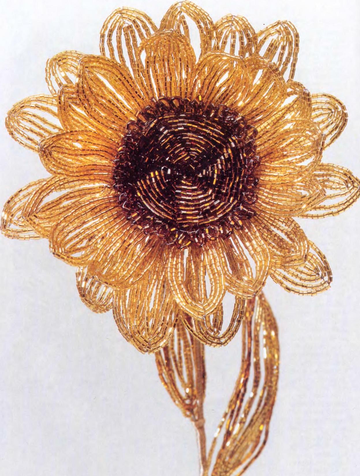 Подсолнух из бисера и стекляруса.  Этот цветок требует некоторых усилий, но он стоит того.  Нанижите на проволоку 10...
