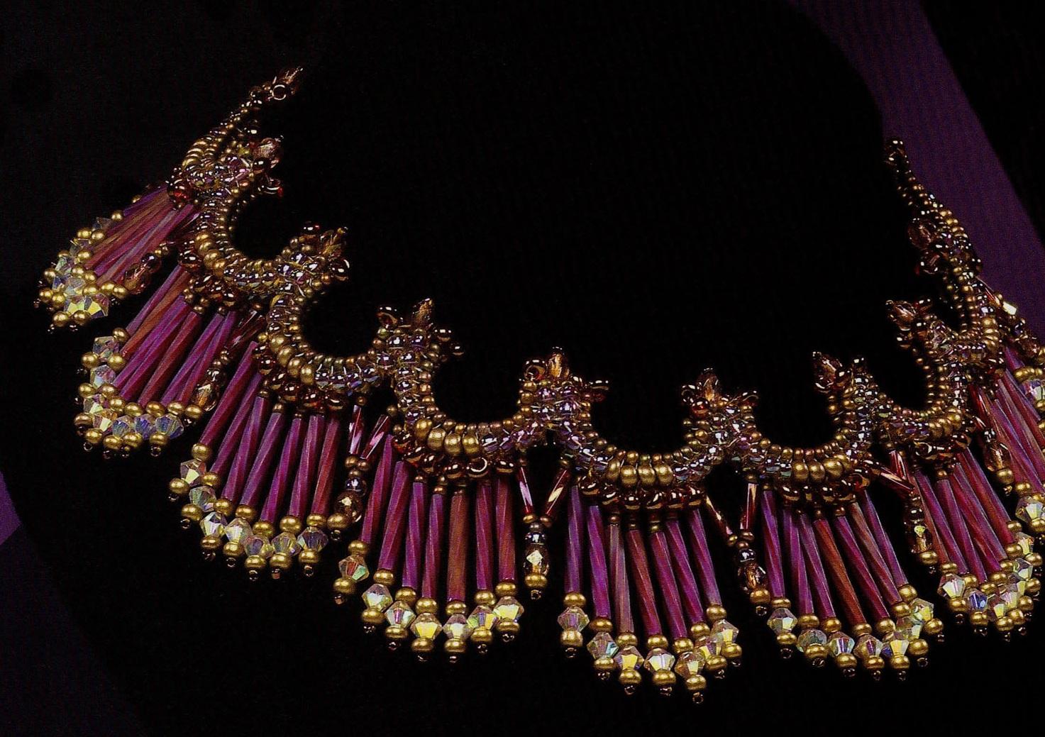 Вам понадобится очень длинный стеклярус, бисер, бусины и кристаллы.  Подробная схема плетения колье для...