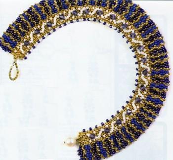 Колье представлено двумя примерами расцветки.  При плетение используется несколько тонов бисера и кристаллы.