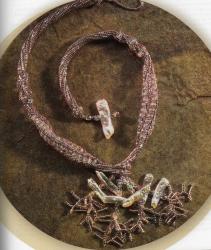 Колье из бисера и декоративных камней