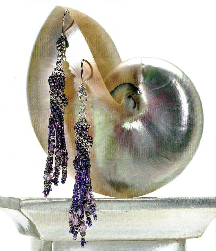 Спиралевидные серьги с подвесками из бисера и бусин.  Этот вариант красивых сережек вяжется крючком.