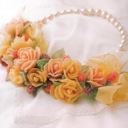 Украшение из роз и бисера