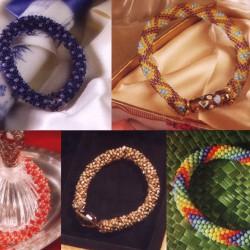 Разноцветные браслеты из бисера.