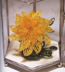 красивый желтый георгин из бисера