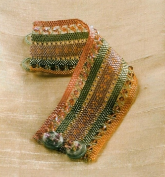 Полосатый браслет сплетенный из бисера
