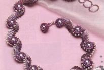 розовое колье из бусин и рубки
