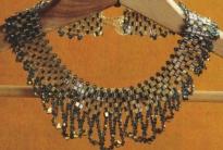красивое ожерелье из кристаллов