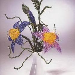 Отличные фантазийные цветы, сплетенные из различных видов бисера. Подробное описание техники изготовления цветов.