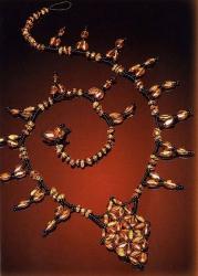 ожерелье из оранжевых бусин и бисера