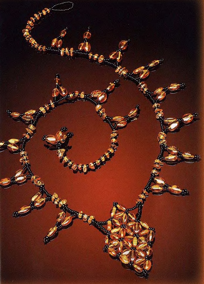 черный бисер - оранжевые прозрачные бусинки или крупный бисер - оранжевые продолговатые бусины - леска.