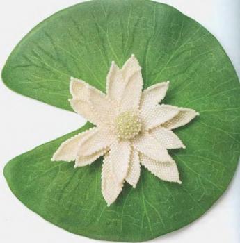 белый цветок водяной лилии из бисера