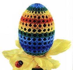 яйцо оплетено радужной сеткой