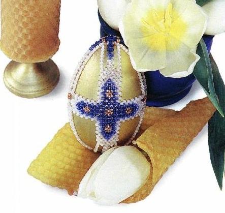 красивое яйцо оплетено бисером
